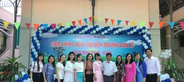 Chụp hình lưu niệm với ông Ngô Trọng Nghĩa - Chủ tịch UBND Phường Bình Hoà và Ban đại diện Hội Phụ huynh học sinh.